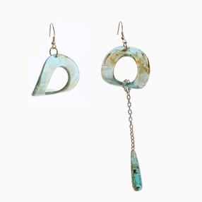 Impress Me τρυπητά σκουλαρίκια από ψευδάργυρο με πράσινο τετράγωνο και κρεμαστό μοτίφ σταγόνας από ρητίνη-