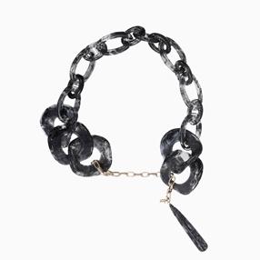 Impress Me κολιέ αλυσίδα από ψευδάργυρο, με μαύρους κρίκους και κρεμαστό μοτίφ σταγόνα από ρητίνη-